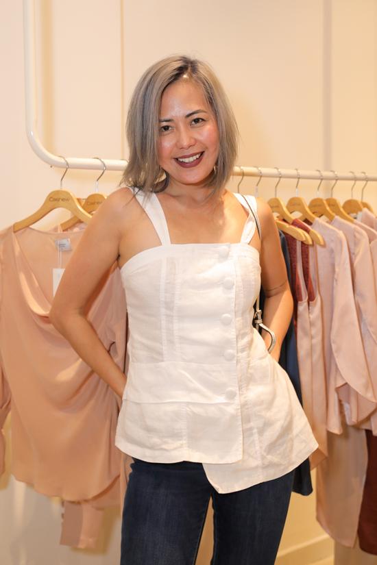 MC Bùi Việt Hà trẻ trung với thiết kế áo hai dây đi kèm quần jeans xanh cổ điển.