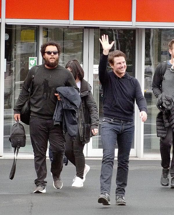 Tom Cruise rạng rỡ bên con trai nuôi (bên trái) tại London. Connor Cruise để râu tóc rậm rạp khiến anh trông già hơn nhiều so với tuổi.