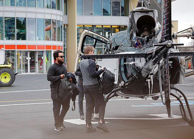 Hai bố con cùng bạn bè lên phi cơ riêng đi chơi. Tom Cruise có bằng lái máy bay từ ngày trẻ. Anh tự lái máy bay trong nhiều cảnh phim Nhiệm vụ bất khả thi.