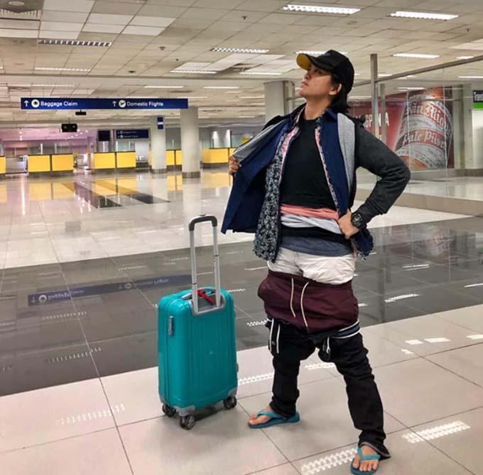 Gel Rodrigeuz chụp ảnh ở sân bay, khi trên người mặc đầy quần áo do dư cân hành lý xách tay. Ảnh: Facebook.