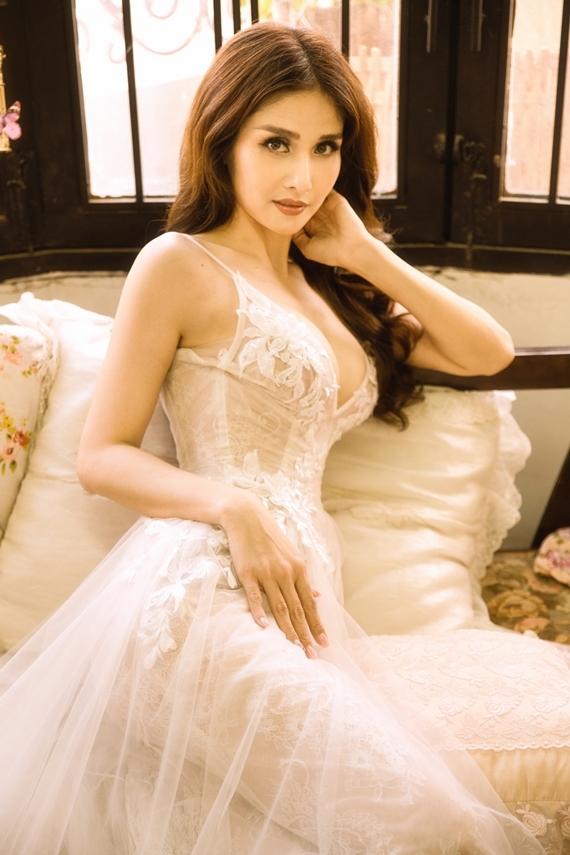 Nhờ nỗ lực giảm cân, Thảo Trang xuất hiện với thân hình gợi cảm. Cô tự tin diện váy hai dây chất liệu ren xuyên thấu của nhà thiết kế Anh Thư, khoe vòng một dao kéo.