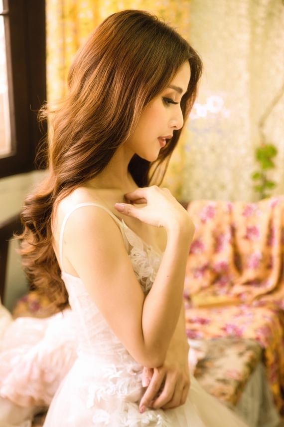 Nhờ hiệu ứng của vai Hạnh Nhi - vợ mới cậu Ba Khải Duy, người đẹp đắt show đóng phim, quảng cáo.