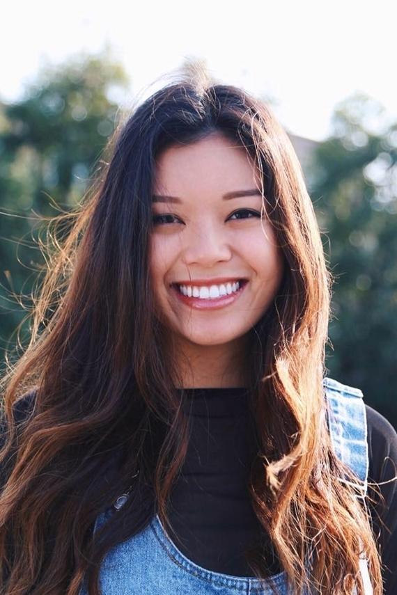 Con gái lớn của Hồng Đào nổi bật trong khung hình nhờ làn da nâu khỏe khoắn và nụ cười rạng rỡ.