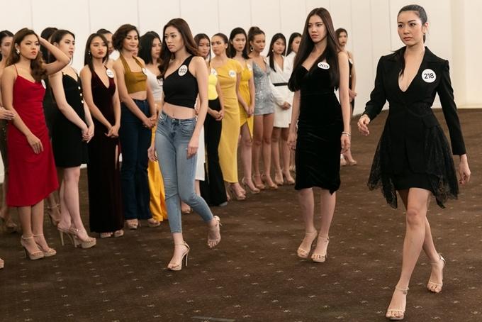 Top 60 phải biến hóa linh hoạt, điều chỉnh bản thân cho phù hợp tinh thần từng bộ sưu tập. Đây cũng là cơ hội giúp các ứng viên có dịp cọ xát với môi trường tuyển chọn người mẫu chuyên nghiệp.