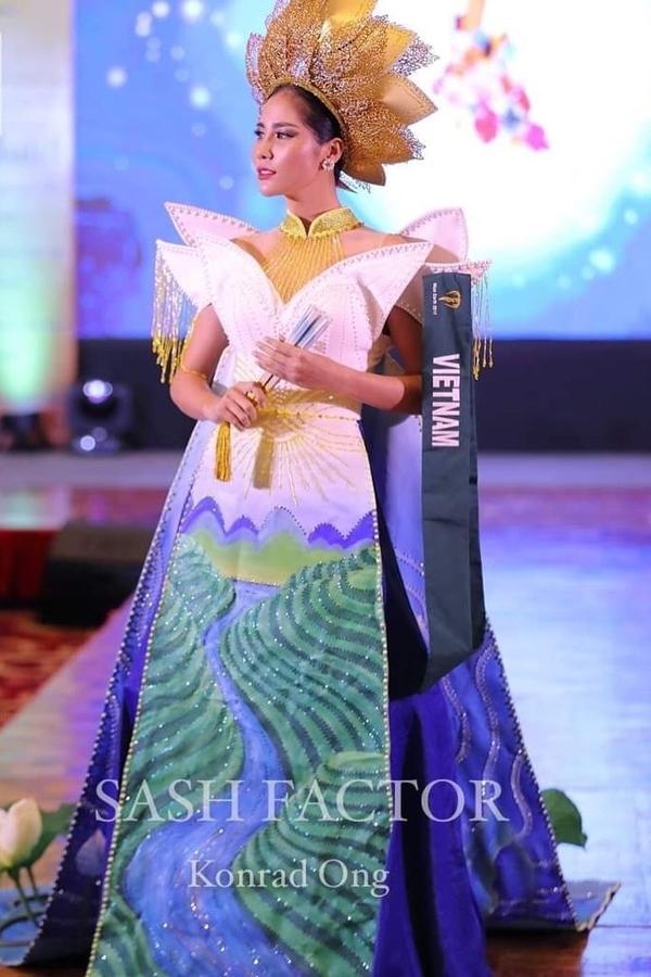 Trang phục do nhà thiết kế Nguyễn Minh Tuấn thực hiện. Kết quả, Hoàng Hạnh nhận huy chương Đồng khu vực châu Á Thái Bình Dương.