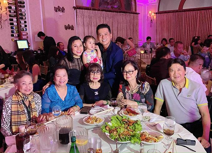 Nhiều nghệ sĩ Việt Nam tại hải ngoại đã đến dự sinh nhật bé Nu, trong đó có vợ chồng nghệ sĩ Bảo Quốc (bìa phải).