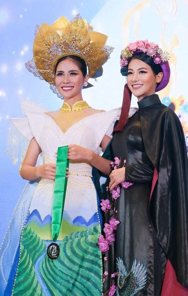 Đương kim Miss Earth - Phương Khánh trao giải cho Hoàng Hạnh.