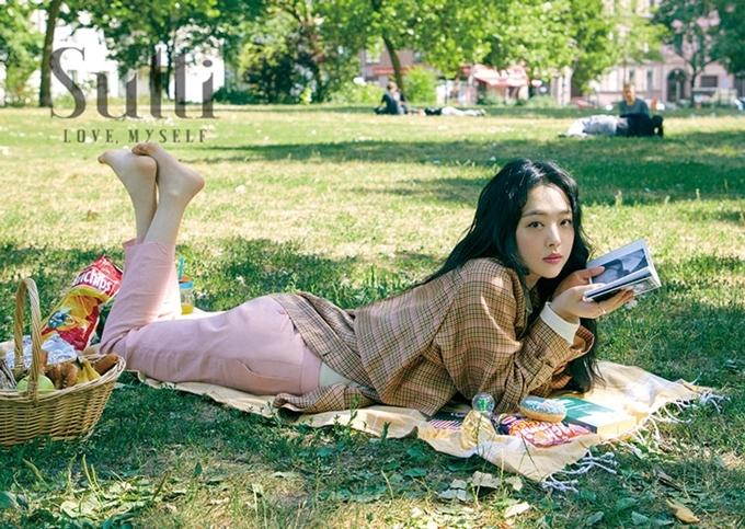 Sulli trong cuốn sách ảnh Sulli - Love, myself chụp ở Berlin (Đức) năm 2018.