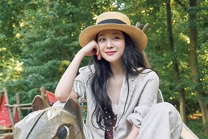 Cố ca sĩ tên thật là Choi Jin Ri, sinh năm 1994 tại Busan. Cô gia nhập làng giải trí  với vai công chúa Sun Hwa trong phim The Ballad of Seodongvào năm 2005, khi mới 11 tuổi.Sulli vào làng giải trí năm 2005, với một phim của đài SBS. Năm 2009, cô gia nhập nhóm nhạc f(x). Cô rời nhóm năm 2015.Sulli khởi nghiệp với vai công chúa Sun Hwa trong phim The Ballad of Seodong. Năm 2009, cô ra mắt với vai trò thành viên nhóm nhạc f(x) và nhanh chóng được yêu thích bởi hình ảnh xinh đẹp, trong sáng.