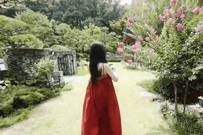 Nữ diễn viên chia sẻ không gian sân vườn rộng lớn được bảo phủ vởi nhiều cây xanh và hoa. Cô giải thích lý do sống cùng anh trai: Vẫn còn quá nhiều để tôi sống một mình. Nhưng tôi nghĩ nếu ai đó sống trong nhà với tôi, tôi có thể dựa vào họ về mặt tinh thần.