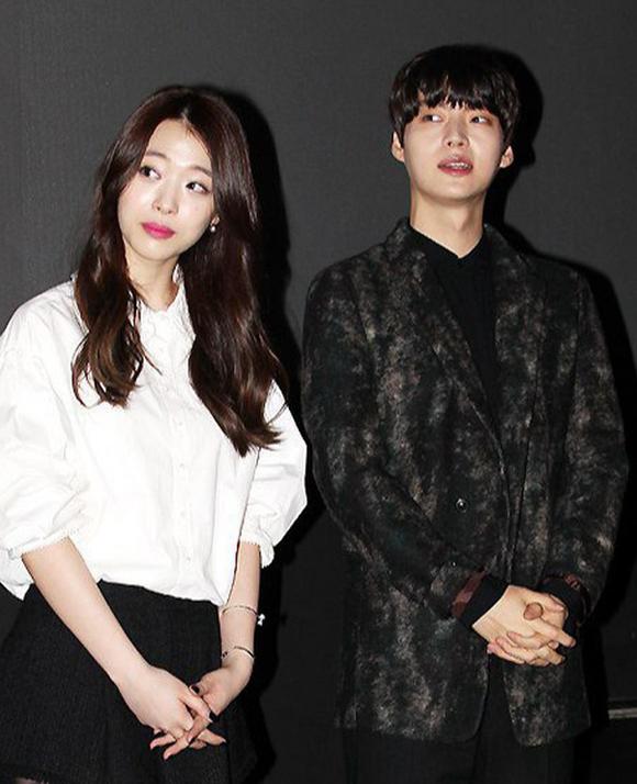 Sulli (trái) và Ahn Jae Hyun tham dự sự kiện quảng bá phim năm 2014.
