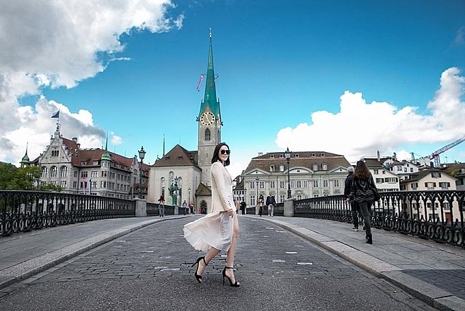 Sarah Tú trải nghiệm chuyến du lịch bằng siêu xe tại Pháp sau khóa học.