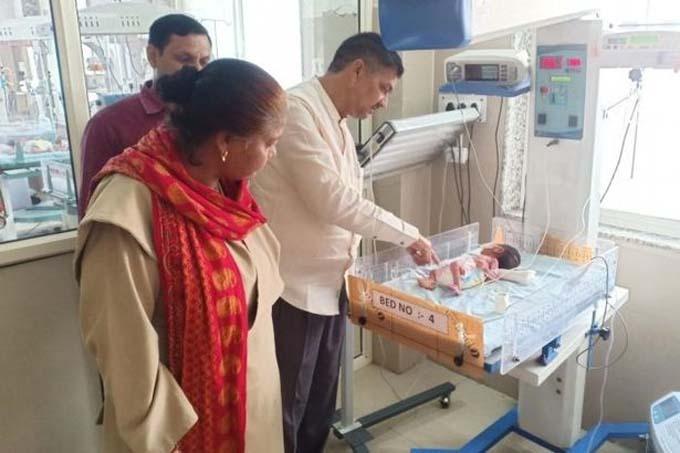 Em bé đang được chăm sóc y tế tại bệnh viện, hiện đã 5 ngày tuổi. Ảnh: Caters.