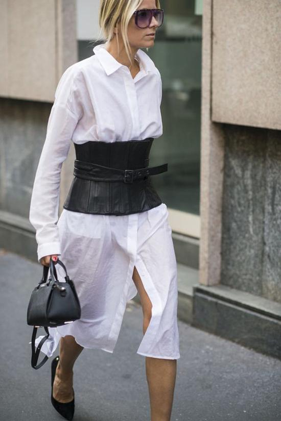 Belt da dê có phom dáng dựa trên mẫu corset quen thuộc của phái đẹp. Phụ kiện được mix cùng váy sơ mi tông màu tương phản.