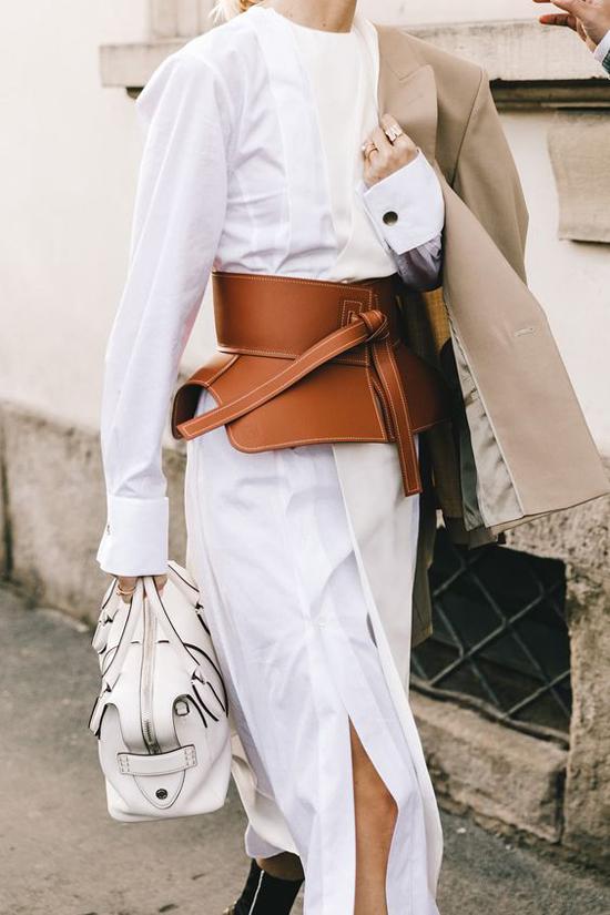 Đai lưng da mang phom peblum là sản phẩm hot nhất mùa thời trang năm nay. Nó gần như không thể thiếu trong set đồ của các fashionista tại các tuần lễ thời trang danh giá.