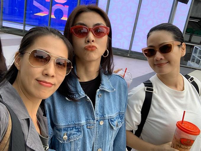 Tăng Thanh Hà cùng diễn viên Thân Thúy Hà và Thùy Trang (vợ ca sĩ Phạm Anh Khoa) làm mặt nhí nhảnh khi pose hình trong chuyến du lịch Thái Lan.