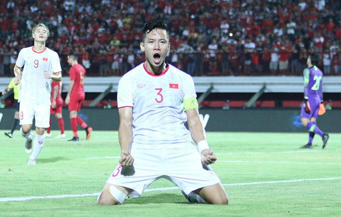 Thủ quân Quế Ngọc Hải mừng bàn thắng nâng tỷ số lên 2-0.