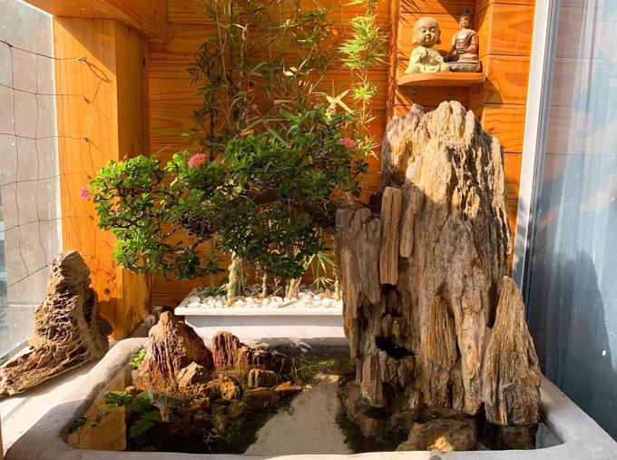 Hồ cả nhỏ sau khi hoàn thiện tạo cảnh quan đẹp cho không gian sống của gia đình Trung Kiên - Lê Phương. Con trai lớn của cả hai - bé Cà Pháo tỏ ra là người thích thú hơn cả khi được bố giao nhiệm vụ cho cá ăn mỗi ngày.