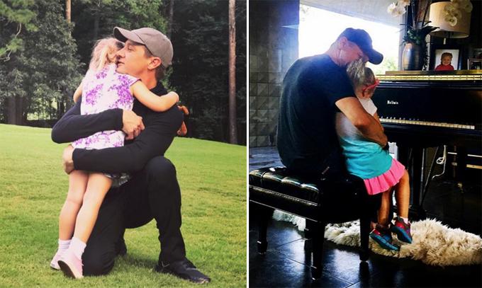 Jeremy bên con gái.