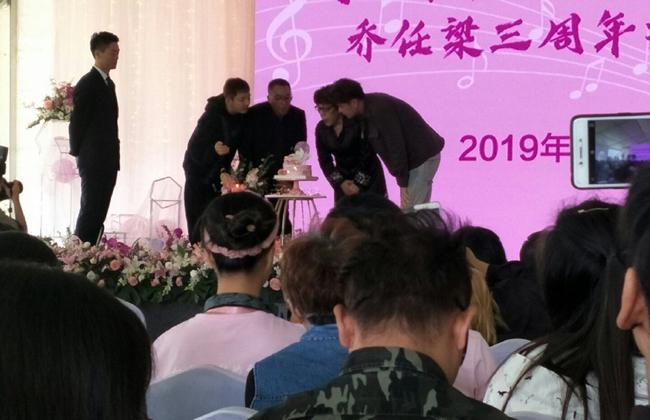 Quản lý cũ, bạn thân Vương Duệ của Kiều Nhậm Lương đều có mặt, thổi nến sinh nhật tài tử quá cố.