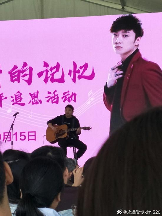Người hâm mộ, bè bạn hát những ca khúc tưởng nhớ người quá cố. Nhân sinh nhật Kiều Nhậm Lương, nhiều bạn bè của anh cũng đăng trên mạng xã hội những lời chúc, mong anh an yên nơi thiên đường.