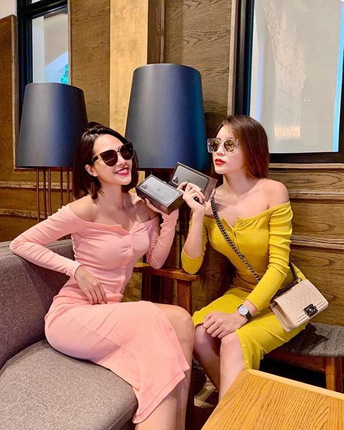 Hoa hậu Kỳ Duyên và người tình tin đồn Minh Triệu mặc đồ đồng điệu và cùng sở hữu iPhone 11 đôi.
