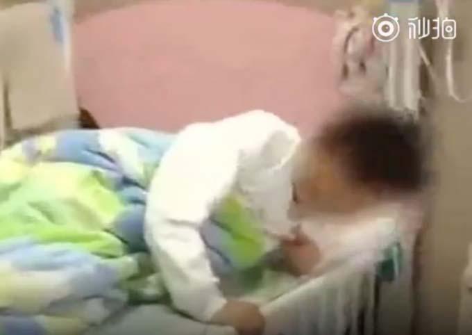 Một trong số các em học sinh nhập viện vì đau bụng dữ dội. Ảnh: The Beijing News.