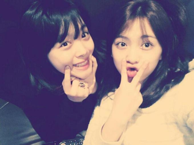 Kang Ji Young (phải) đăng lại bức ảnh vui vẻ bên Sulli.