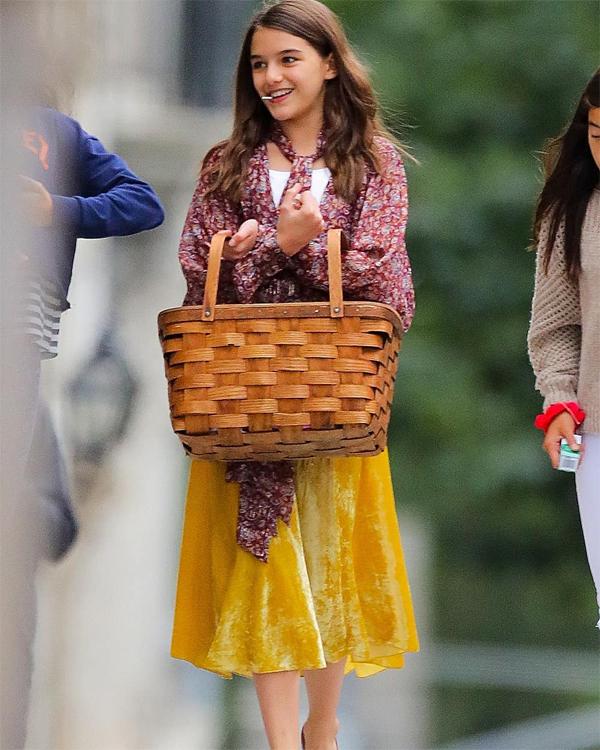 Suri Cruise xách giỏ đi dạo với nhóm bạn thân.