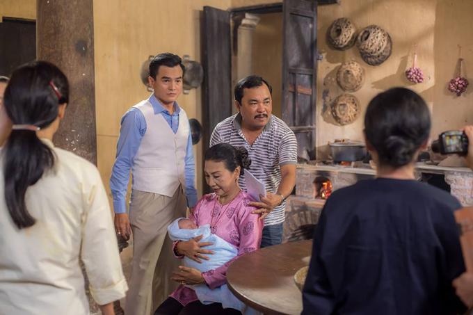 Đạo diễn Phương Điền (áo kẻ) chỉ đạo diễn xuất trong một cảnh phim có sao nhí vài tháng tuổi.