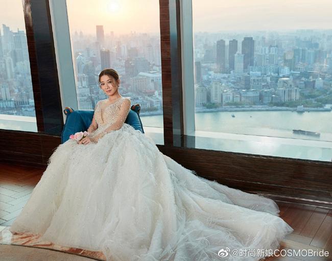 Xa Thi Mạn khoác áo cưới điệu đà khi xuất hiện trên tạp chí Cosmo Bride số tháng 10. Ở tuổi 44, ngôi sao Hong Kong vẫn gìn giữ được vẻ đẹp tươi trẻ thanh xuân. Diện váy cưới nhưng Xa Thi Mạn cho biết cô không vội vàng kết hôn. Nữ diễn viên từng thổ lộ, đó không phải là chuyện muốn là được.