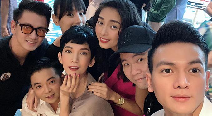 Siêu mẫu mẫu Xuân Lan cùng NTK Đỗ Mạnh Cường, diễn viên Ngô Thanh Vân, vợ chồng Lê Thúy - Đỗ An... chúc mừng một người bạn ra mắt sách.