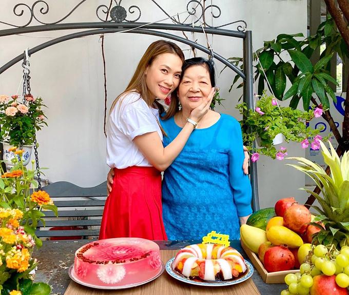 Ngày 15/10, Mỹ Tâm đăng ảnh chúc mừng sinh mẹ trên trang cá nhân cùng những lời yêu thương: Yêu mẹ! Chỉ cầu mong ba mẹ thật khoẻ mạnh và vui vẻ.