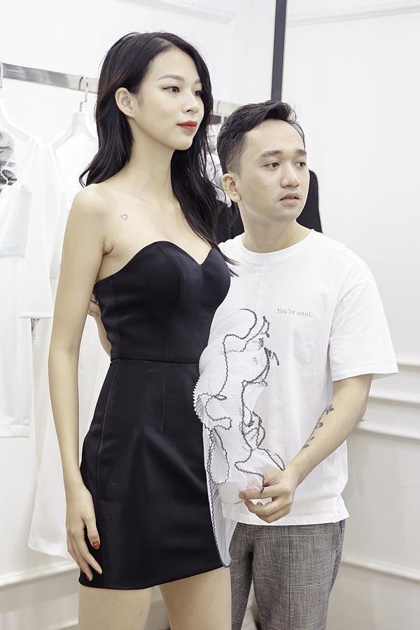 Nhà thiết kế Lê Ngọc Lâm chọn một chiếc váy cúp ngực
