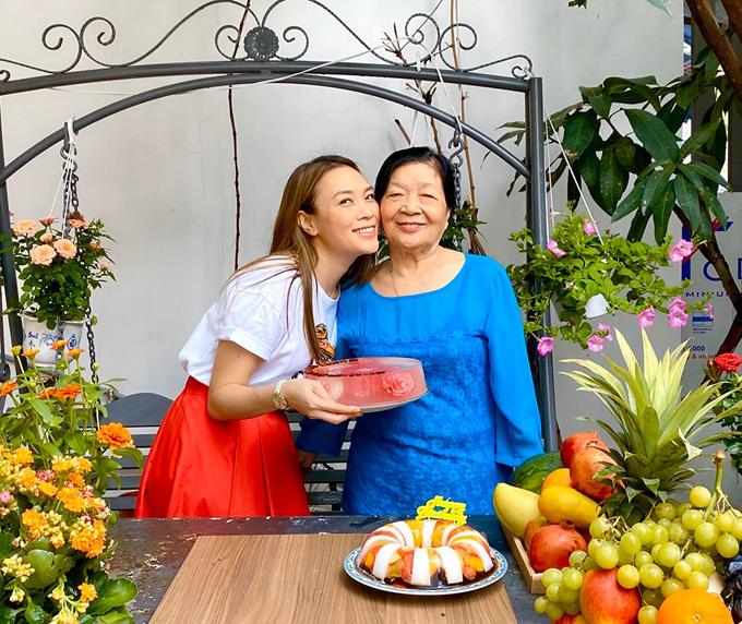 Họa mi tóc nâutừng khoe mẹ cô khi xưa là hoa khôi của huyện Thăng Bình. Khi lấy chồng, sinh con bà là người phụ nữ tần tảo, chịu thương chịu khó. Bà cũng nấu ăn rất ngon. Cô luôn kính trọng và hướng về mẹ. Vì thế cô không bao giờ nhận diễn ngày Tết mà dành thời gian bên bố mẹ.