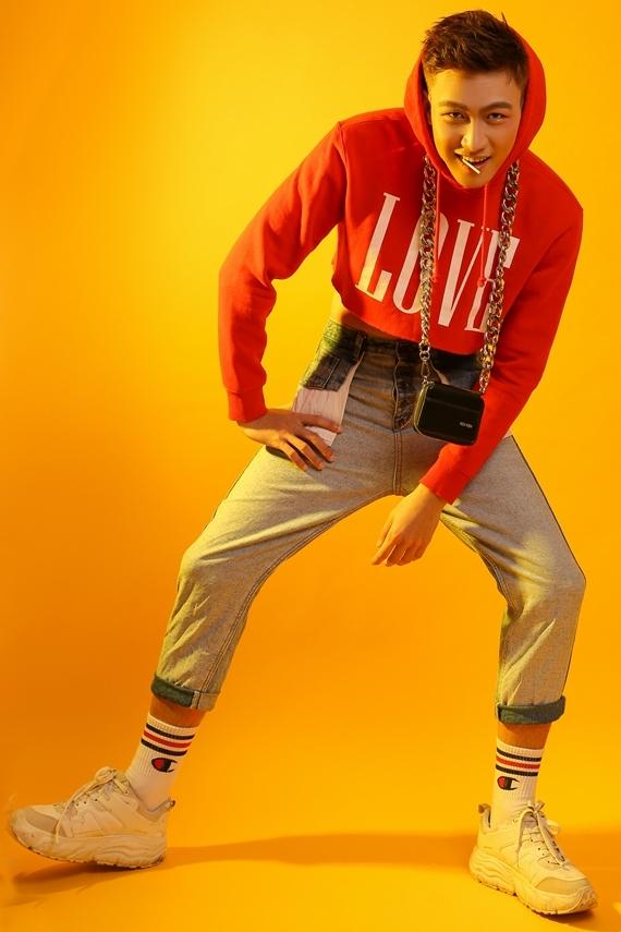 Nhờ giảm cân, Mạc Trung Kiên thoải mái diện nhiều trang phục khác nhau, trong đó có set áo hoodie dáng ngắn phối quần jeans.