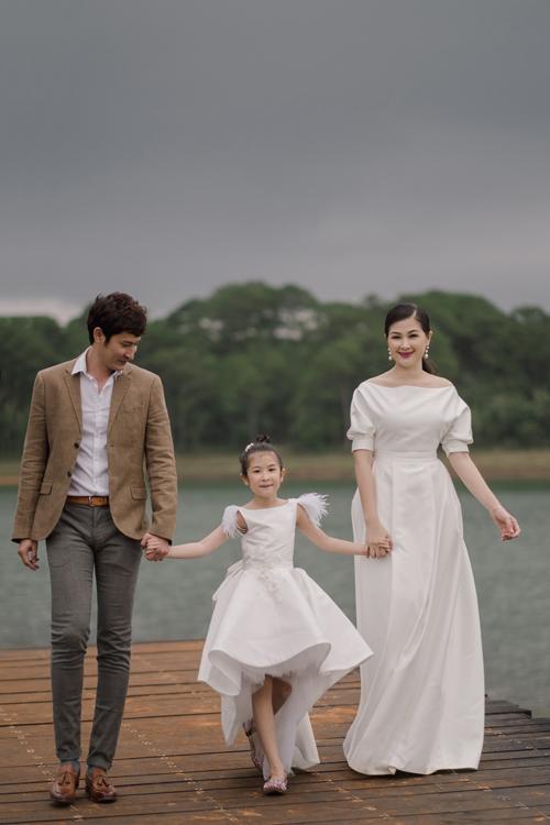 Vì yêu không khí mát mẻ và cảnh sắc thiên nhiên của Đà Lạt nên nhân dịp bé Cát tròn 7 tuổi, gia đình Huy Khánh - Mạc Anh Thư đã quyết định thực hiện một bộ ảnh tại đây là kỷ niệm.