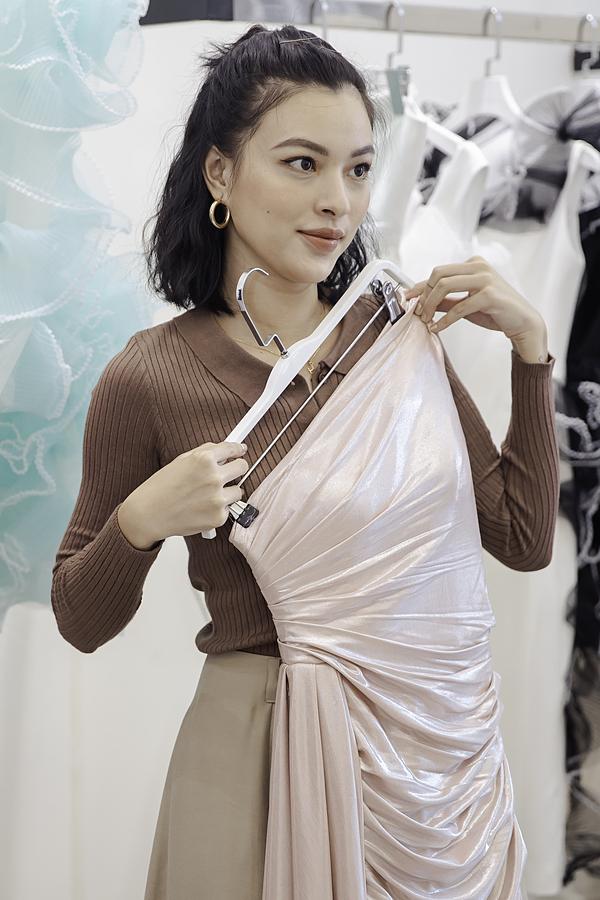 Quán quân The Face 2017 Tú Hảo cũng hào hứng thử đồ. Cô có mối quan hệ thân thiết với Lê Ngọc Lâm nên thường góp mặt ở các show diễn của đàn anh.