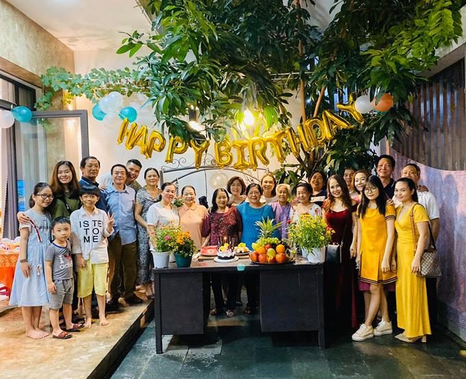 Bữa tiệc được tổ chức đơn giản, ấm cúng ngay tại nhà ở Đà Nẵng. Người thân, các con cháu cùng đoàn tụ trong ngày đặc biệt này.