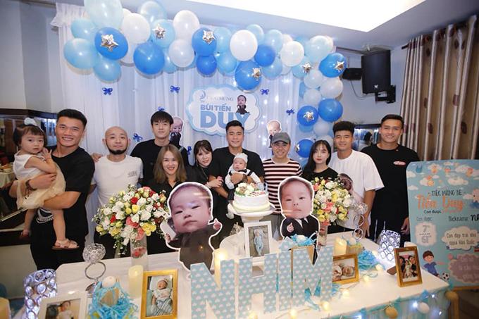 Bạn bè chúc mừng Bùi Tiến Dũng. Tiền vệ CLB Đà Nẵng hy vọng sau này con trai cũng theo nghiệp bóng đá.