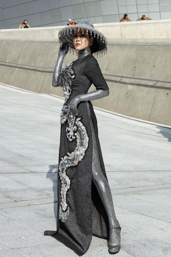 Hoa hậu Áo dài Tuyết Nga cũng là một trong những nhân tố gây chú ý khi khoe dángtrong mẫu trang phục lấy cảm hứng từ áo dài truyền thống.