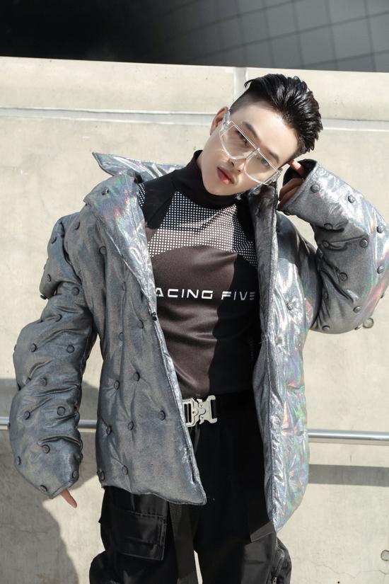 Áo cổ lọ ôm sát in ấn họa tiết typo mix cùng quần jogger cá tính theo style all black. Nhằm đảm bảo sự nổi bật, anh chàng còn khoác thêm mẫu áo chần bông oversize.