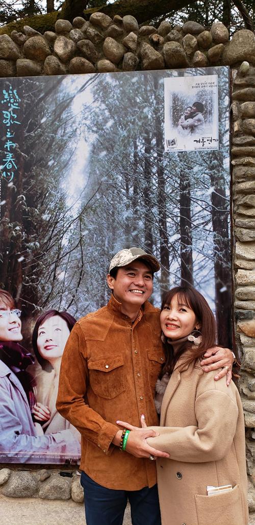 Cả hai vợ chồng trong chuyến du lịch Hàn Quốc, tới nơiquay phim Bản tình ca mùa đông.