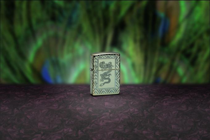 Mẫu High Polish Green: Phương pháp khắc sâu (Deep Carve) và cắt đa điểm (MultiCut) cùng những tia sáng của màu sắc tạo điểm nhấn ở mặt trước và mặt sau, họa tiết hoa văn kim cương. Sản phẩm được bao phủ trong một Art Deco mẫu theo quy trình cắt đa lớp MultiCut của Zippo và một con rồng xanh khắc trên mặt trước.