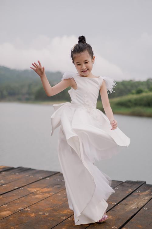 Bé Cát (tên thật là Trần Khánh Ngọc Uyên) chào đời năm 2012 - hai năm sau khi Huy Khánh và Mạc Anh Thư bé duyên. Cô bé được nhận xét là thừa hưởng những nét đẹp của cả bố và mẹ. Ở tuổi lên 7, Cát lí lắc, hay nói và rất tự tin.