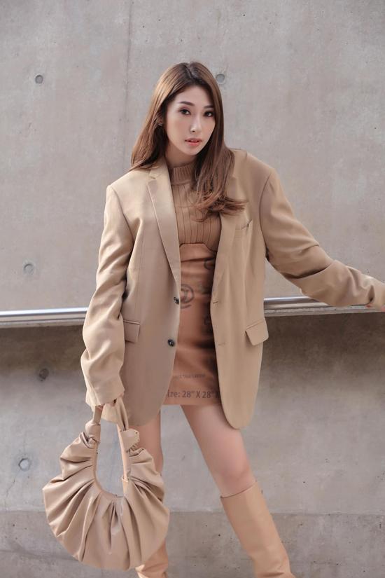 Tông nude, màu beige được phối hợp một cách nhuần nhuyễn trên set đồ gồm áo balzer dáng rộng, váy da phối áo len cổ lọ, bốt cao cổ và túi đeo vai.