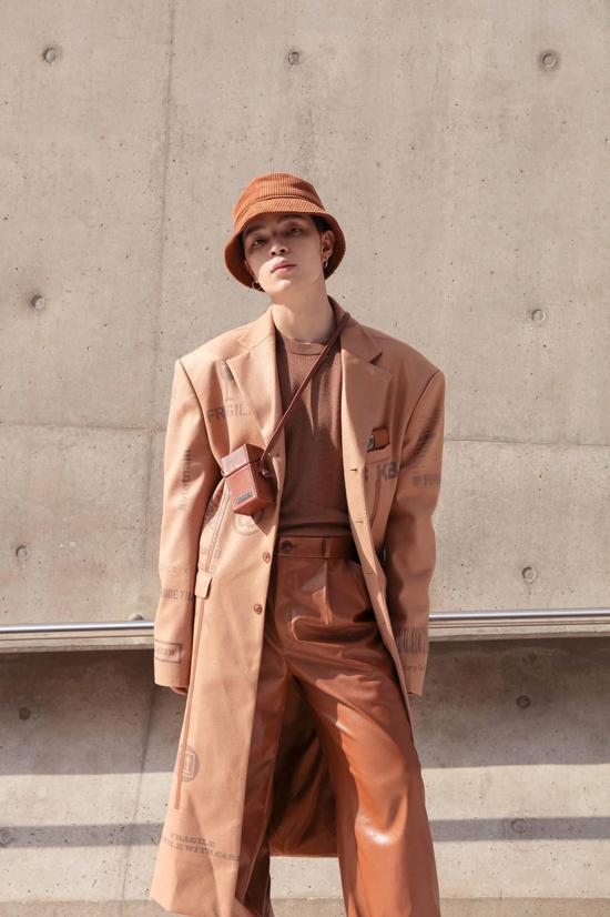 Bắt nhịp xu hướng được ưa chuộng ở Hàn Quốc, Kelbin cũng thể hiện cách mix-match ấn tượng với áo choàng, quần ống rộng và phụ kiện đồng sắc màu.