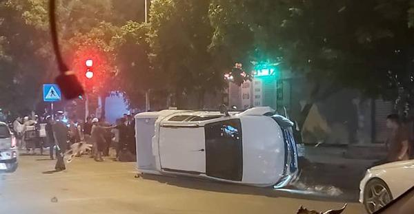 Chiếc bán tải bị lật sau vụ cố ý gây tai nạn.