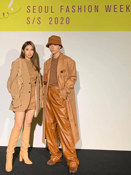 Seoul Fashino Week 2020, diễn ra từ 1510 đến ngày 19/10 tại Dongdaemun Design Plaza, Seoul. Tuần lễ năm nay thu hút một số gương mặt quen thuộc của làng giải trí Việt như Khổng Tú Quỳnh (trái), stylist Kelbin (phải).
