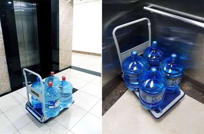 Các bình nước khoáng được giao đến nhà dân ở các khu chung cư trong khu vực quận Hà Đông do nhu cầu mua nước tăng cao vài ngày qua. Ảnh: Linh Hoàng.